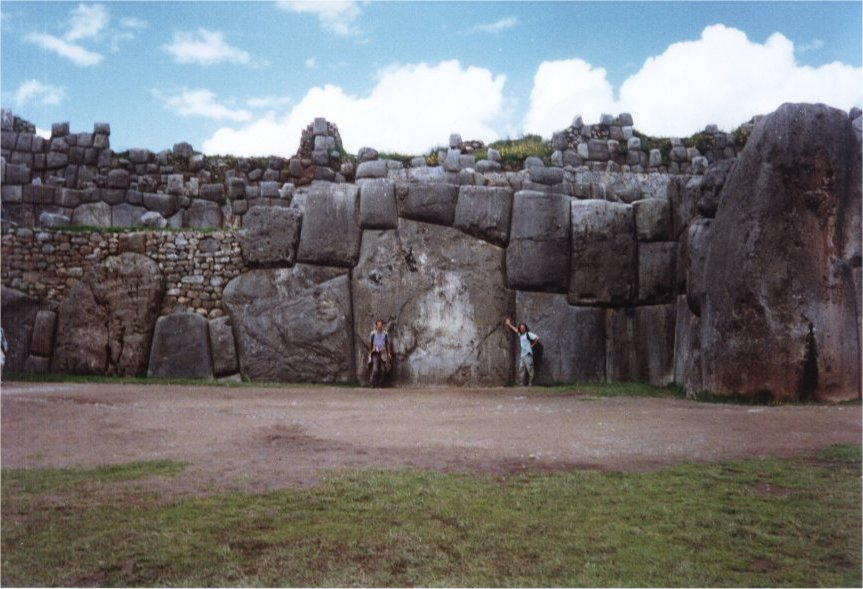 Les mystérieuses constructions taillées par nos ancêtres dans les anomalies archéologiques 0437%20-%20Ruines%20de%20Sacsayhuaman%20-%20Rocher%20de%20plus%20de%20300%20tonnes%20et%20nous%20a%20cote%20pour%20donner%20une%20idee